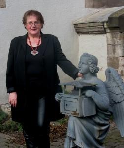 Frau Schrader mit Engel