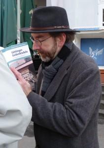 GÖ Gedenktafeln_Schütz signiert Buch